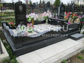 Отмостка со стороны входа могилы